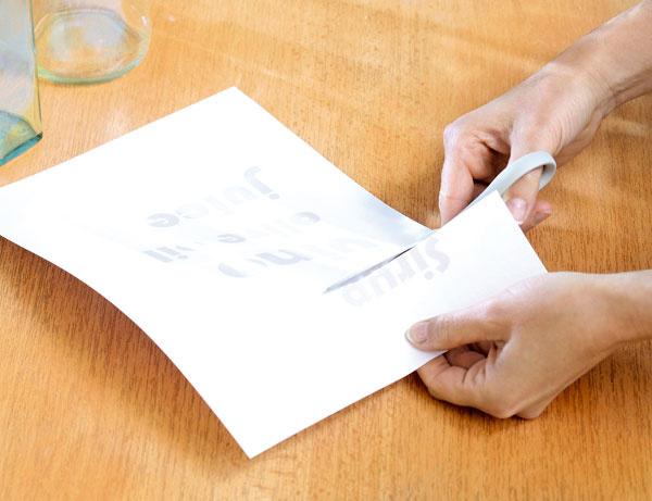 Fľaše očistite od nálepiek škrabkou na sklo. Vpočítači si napíšte názvy nápojov, vytlačte ich apísmenká vystrihnite. Na vystrihovanie oblých písmen výborne poslúžia ohnuté manikúrové nožničky.