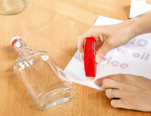 Lepiacim rollerom, ktorý je určený na opätovné odlepovanie, zozadu naneste na písmenká lepidlo aprilepte ich na fľaše.