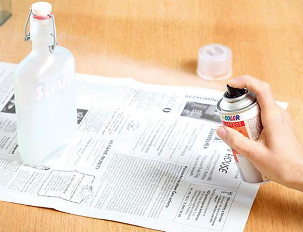Fľaše prestriekajte sprejom, ktorý vytvoríefekt matného skla. Sprej o niekoľko minút uschne, preto striekajtemenšie množstvo vo viacerých vrstvách, aby nános nestekal.