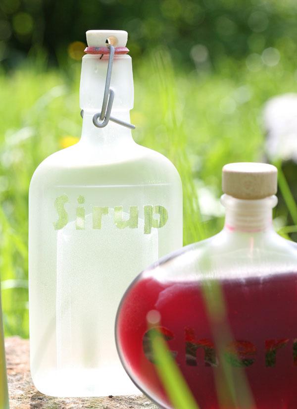 Fľaše v novom šateMateriál apomôcky rôzne sklenené fľaše   škrabka na sklo (ak sú fľaše polepené etiketami)   papier   nožnice   lepiaci roller smožnosťou opätovného odlepenia   sprej naefekt matného skla (napríklad Dupli-color)