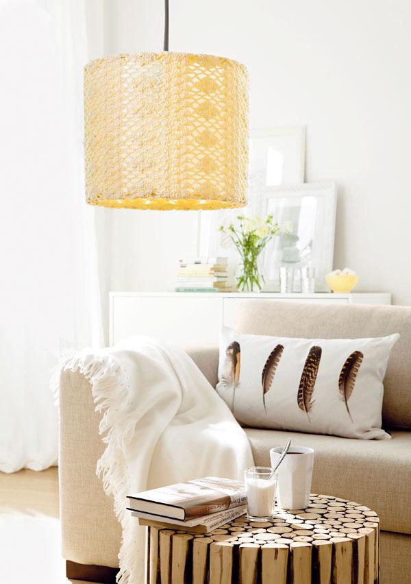 Hra so svetlom  Lampa sháčkovaným vzorom vytvorí vmiestnosti pôvabné svetelné efekty. Háčkovaný poťah stačí navliecť na jednoduché valcové tienidlo avhornej adolnej časti stiahnuť šnúrkou (potrebujete: bavlnenú priadzu krémovej farby, valcové tienidlo na lampu, priemer asi 30 cm).