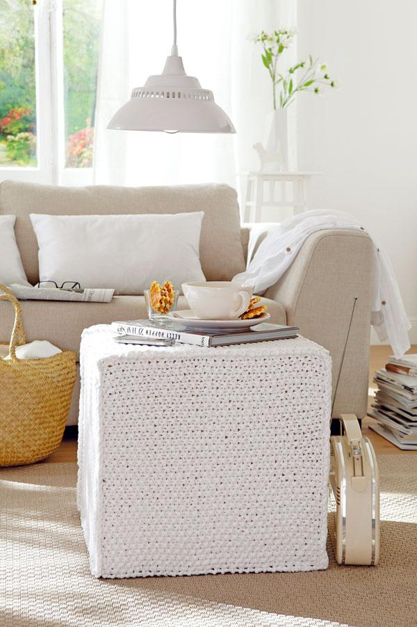 Všestranná kocka  Poslúži ako taburet na sedenie alebo na pohodlné vyloženie nôh, ako príručný stolík či odkladacia plocha. Pleteninou môžete potiahnuť molitanovú kocku srozmermi asi 40 × 40 cm alebo hotovú taburetku (napríklad Solsta Pällbo, IKEA). Biely poťah je upletený zbavlnenej priadze tak, aby vznikol hráškový vzor. Keďže nemá spodnú stranu, dá sa ľahko stiahnuť avyprať – svetlej farby sa teda nemusíte obávať.