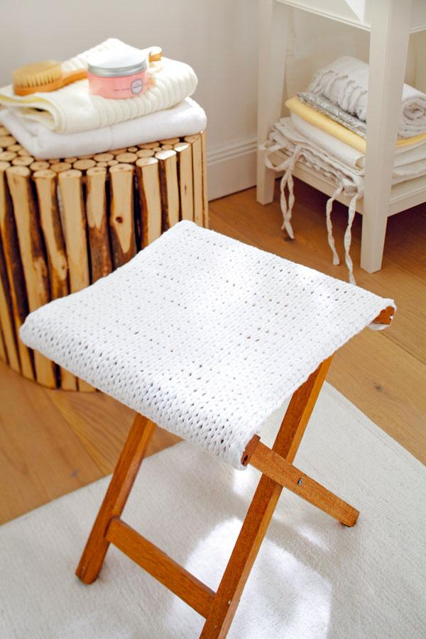 Do kúpeľne  Vkúpeľni je dôležitá nielen príjemná atmosféra, ale aj pohodlie adostatok miesta na odkladanie. To všetko dokáže poskytnúť skladacia stolička so sedadlom zbielej pleteniny. Aby bol poťah pevnejší, upleťte ho hladkými očkami ztrojitej priadze (potrebujete: bavlnenú priadzu, skladaciu stoličku, rozmery podľa konštrukcie stoličky.)