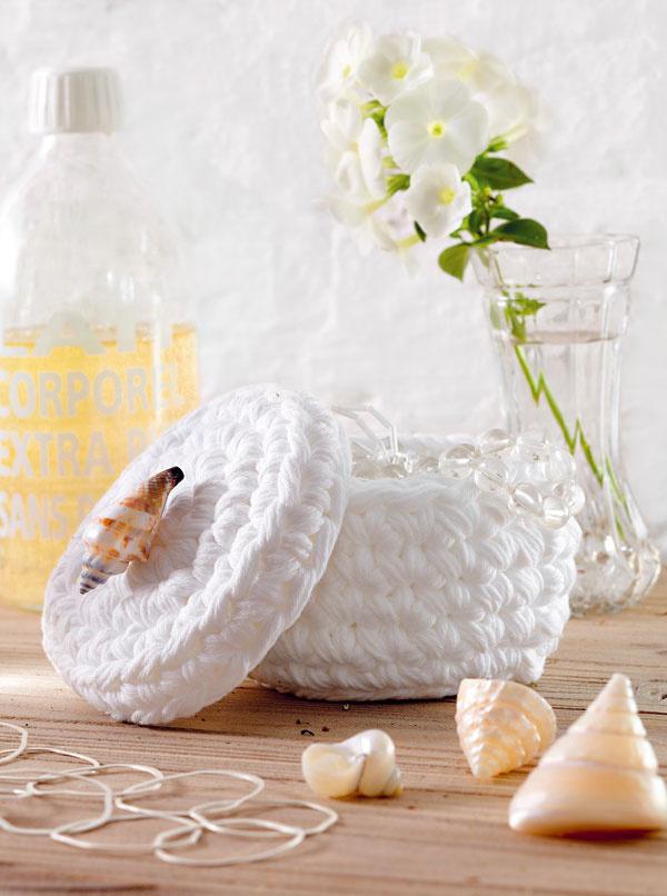 Dóza na čačky-mačky  Sponky agumičky do vlasov je najlepšie uložiť do škatuliek, romantickou alternatívou môžu byť aj háčkované dózy. Ako držiak na vrchnáčiku môže poslúžiť nielen mušľa, ale napríklad aj gombička alebo imitácia perly (potrebujete: päťvláknovú bavlnenú priadzu na háčkovanie, veľkosť: priemer asi 10 cm).