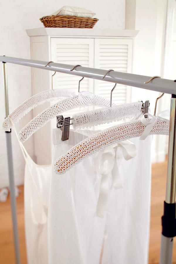 Oblečené vešiaky  Ak máte vspálni vešiakovú tyč, na jej romantickú ozdobu môžete zmeniť aj obyčajné drevené vešiaky. Navyše, toto riešenie je aj praktické – šaty zvešiaka neskĺznu. Upleťte pás srovnakou šírkou, ako je dĺžka vešiaka, adĺžkou, ktorá je dvojnásobkom jeho šírky. Prevlečte ho cez kovový hák azospodu zháčkujte.