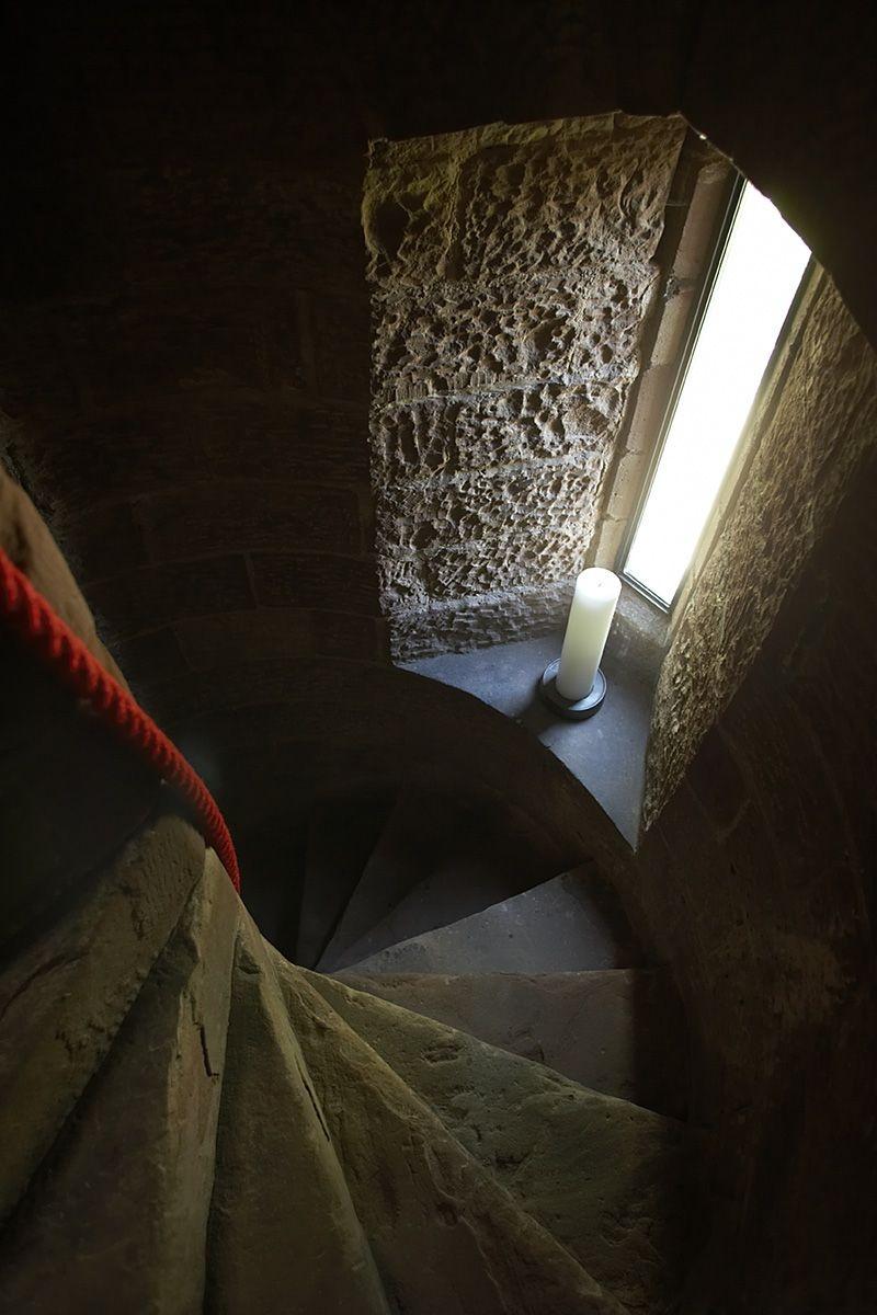 Jediným temnejším miestom celej stavby je pôvodné schodisko vo veži.