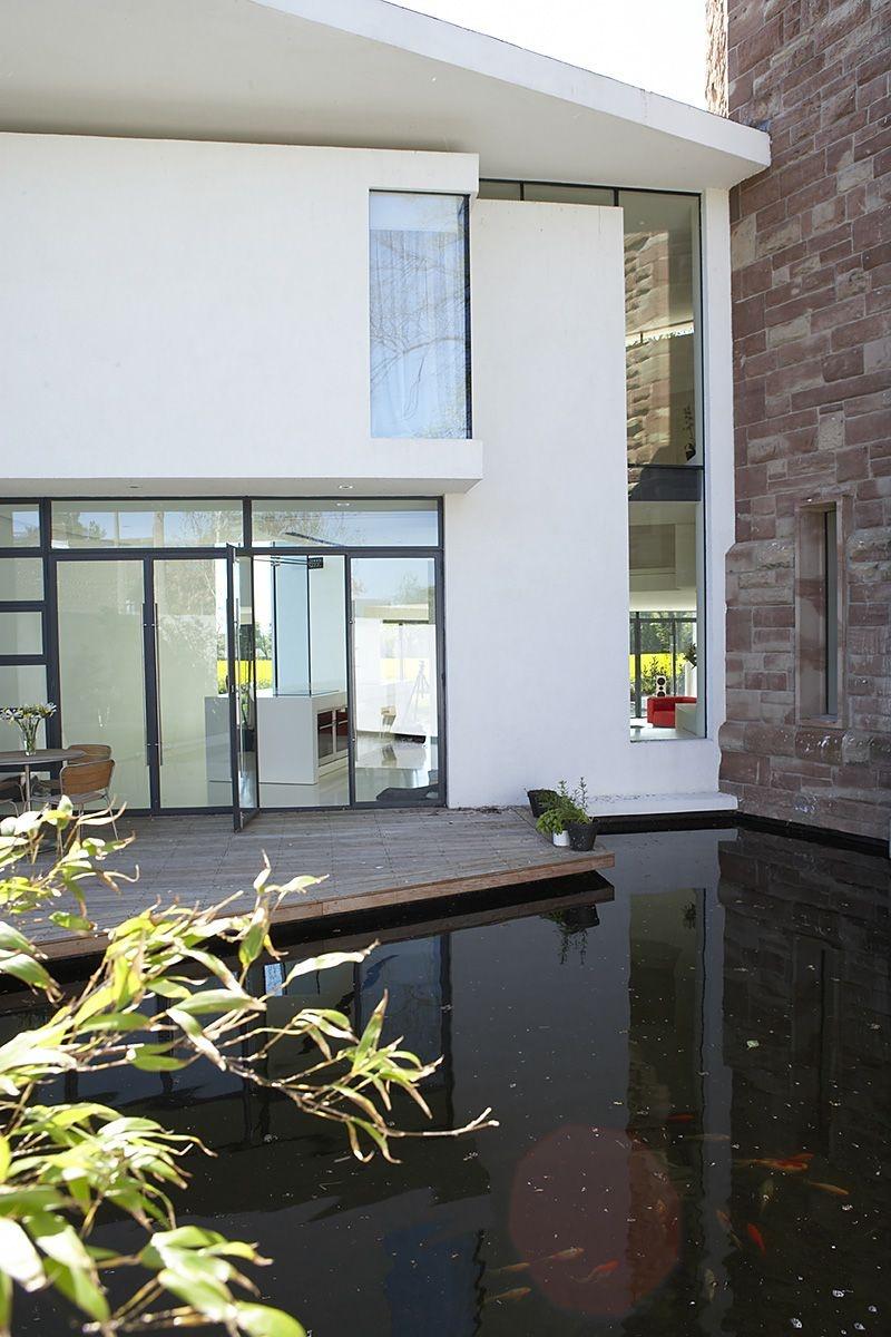 Stredoveká veža v modernom minimalistickom štýle
