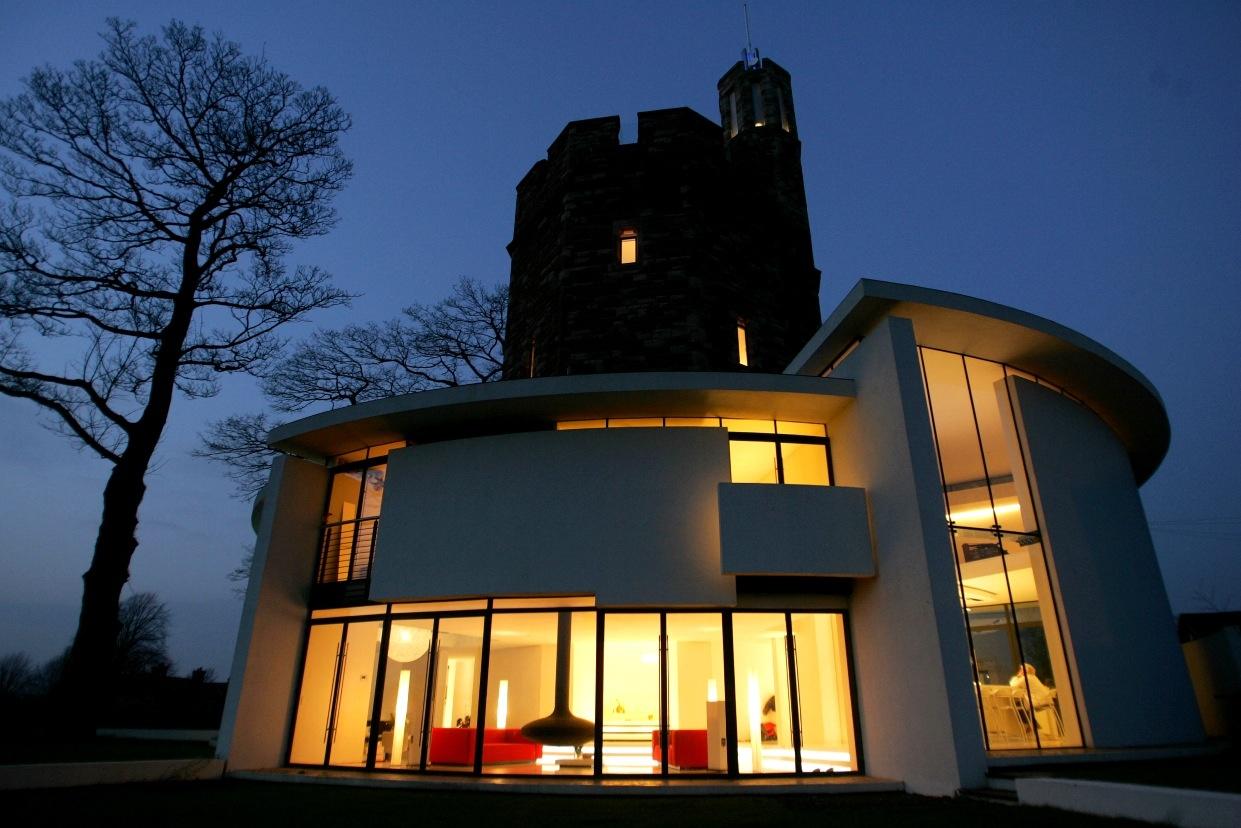 V noci dom vďaka presvetleným miestnostiam krásne žiari.