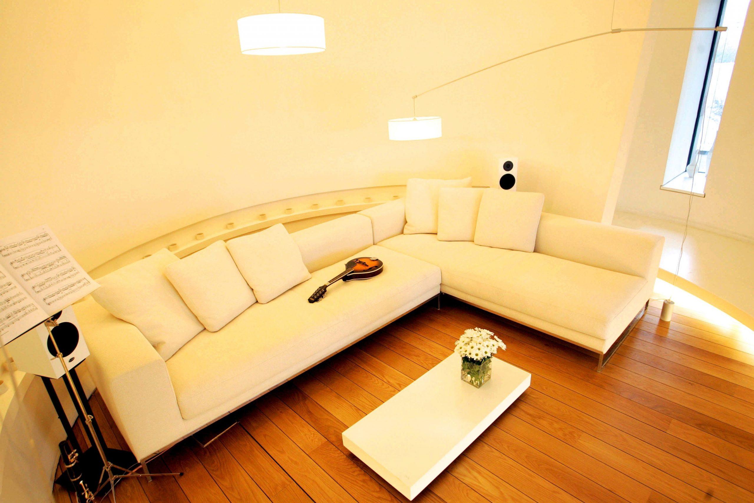 V jednej z miestností veže sa nachádza hudobný salónik .Krémová moderná sedacia súprava vypĺňa neveľký priestor izby s kruhovým pôdorysom.