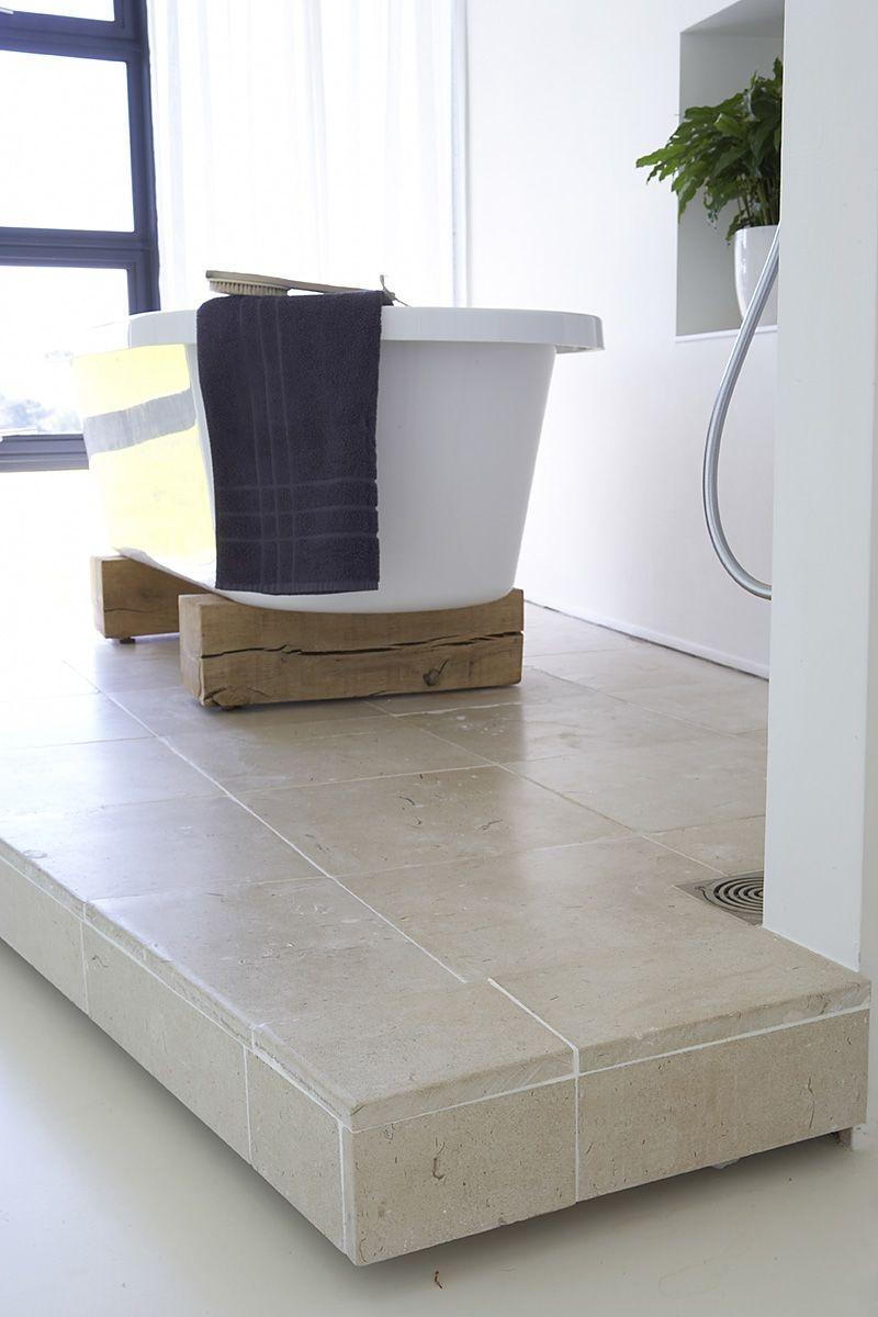 Rustikálny nádych vnáša do kúpeľne drevené podloženie vane.