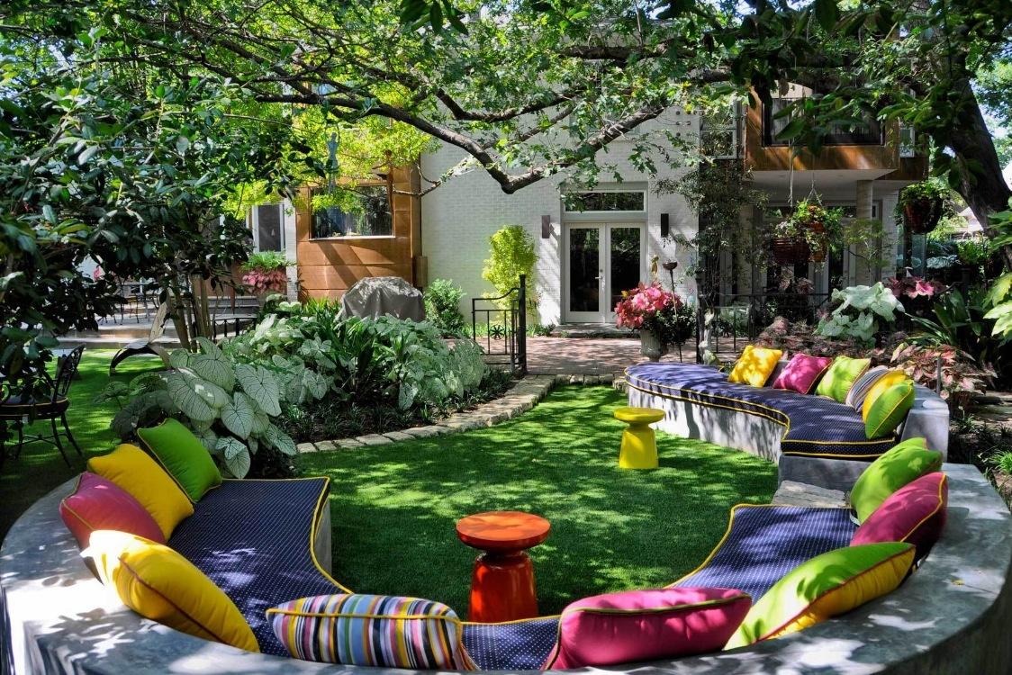 Zaujímavý nápad ako pomocou vankúšov spestriť a oživiť záhradné sedenie.