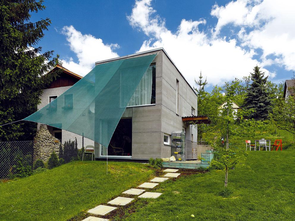 Za 16 700 eur postavil v Bernolákove montovaný domček pre svoju rodinku