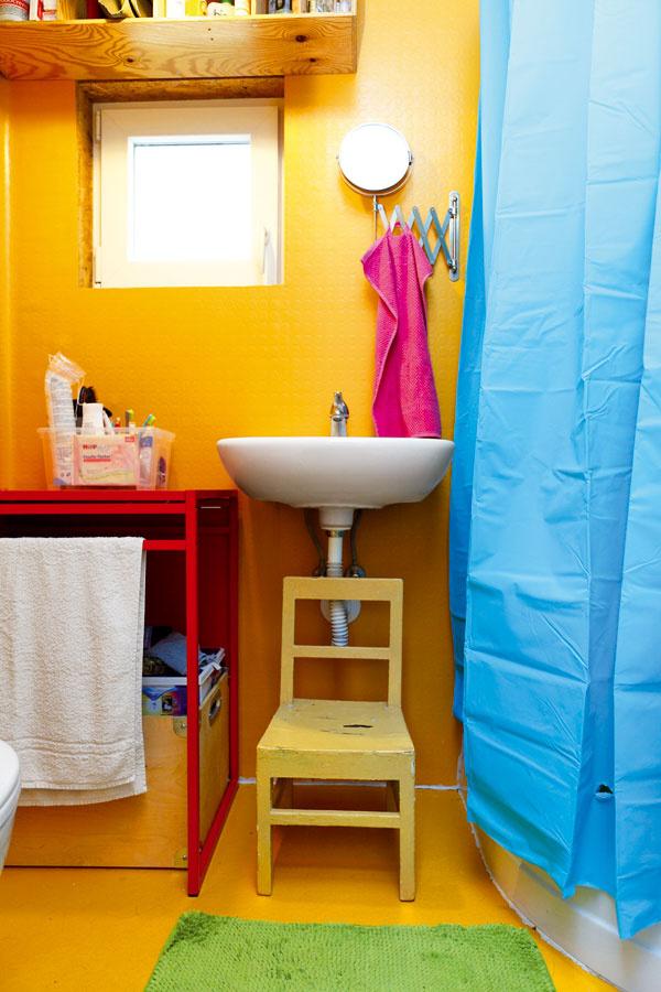 """Kúpeľňa hýri farbami aje celá obalená do vodovzdornej oranžovej, protišmykovej, """"peniažkovej"""" PVC podlahoviny."""