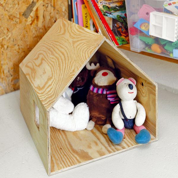 Aj hračky dostali svoj jedinečný minimalistický príbytok – chatu podľa návrhu architektov. Ako všetko vtomto dome, odzrkadľuje aj hračka duchaplnosť aúprimnú radosť zo vzniku dobrého nápadu za málo peňazí.