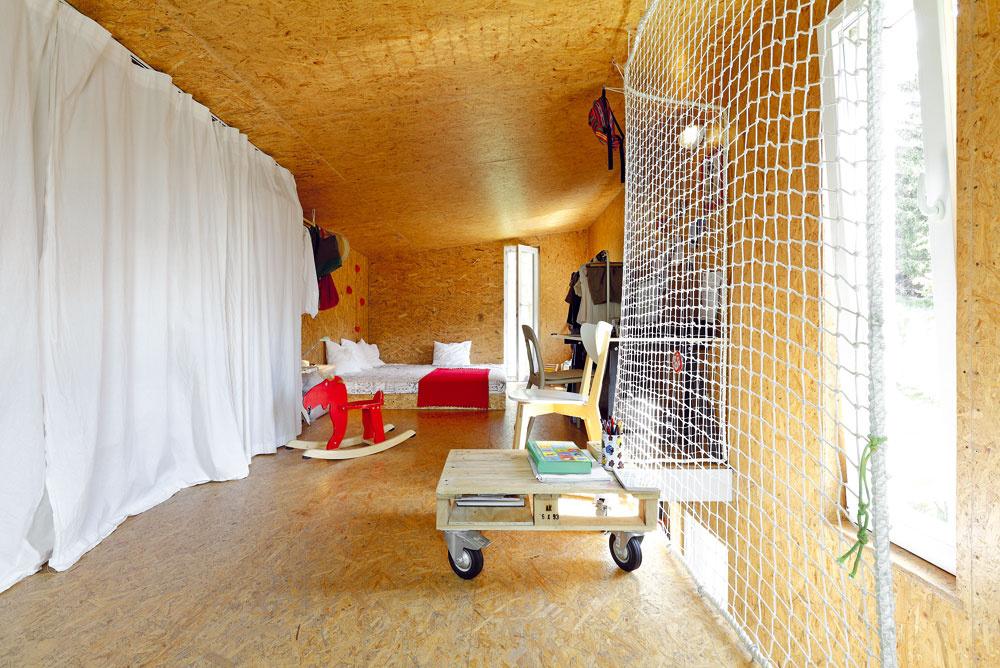 Poschodie tvorí jeden priestor sfunkciou spálne, pracovne ašatníka. Dispozičné usporiadanie malého priestoru vychádza zo svetelných pomerov, napríklad posteľ je logicky vnajtmavšom kúte.