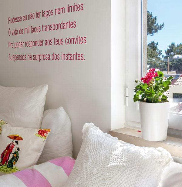 Svoju kreativitu využila Filipa napríklad pri výrobe originálnych vankúšov, ktorými dotvorila obývačkové sedenie. Aj báseň na stene vyjadruje jej osobnosť.