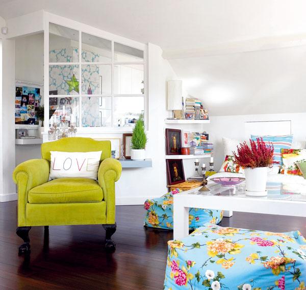 """""""Malé priestory nemám rada,"""" hovorí Filipa rozhodne. Kuchyňa je preto aspoň vizuálne spojená sobývačkou ajedálňou –oddeľuje ju od nich iba sklenená stena."""