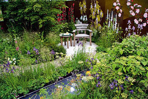 Kvety aj na múroch. Záhrada je najkrajšia vtedy, ak v nej počas leta kvitne množstvo kvetov. Nie vždy ich však   vzhľadom na podmienky môžete pestovať všetky a takisto nie všetky kvitnú počas celej sezóny. V takomto prípade   vám nezostáva nič iné, len si ich dotvoriť. Na záhradné múry či paravány si napríklad môžete domaľovať rôzne   rastlinné motívy. Netreba to však príliš preháňať – jemná decentnosť v tomto prípade znamená viac. Vždy voľte   štýl a farebnosť v duchu, v ktorom sa nesie celá záhrada. Takisto nie je žiaduce pomaľovať celý múr, ale vždy iba   časť.