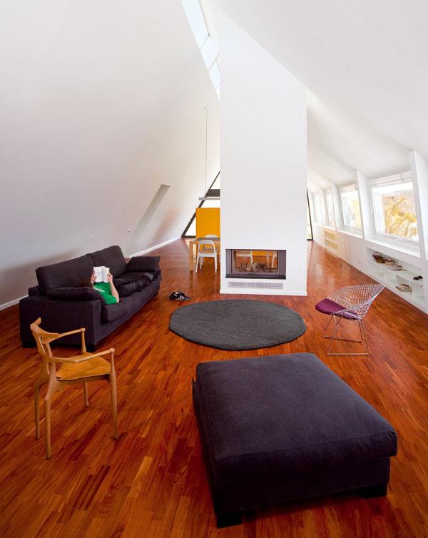 Centrálny kozub je otvorený do dvoch strán aje centrálnym bodom vhornom apartmáne.