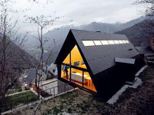 Na základoch horskej chalupy postavili moderný rodinný dom