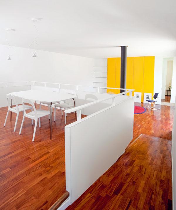 Základom dispozície obidvoch apartmánov je vzdušný priestor nezaťažený nábytkom aapartmán na prvom adruhom nadzemnom podlaží prirodzene využíva výškové rozdiely vteréne.