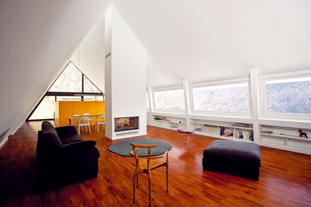 Apartmán na treťom podlaží pod šikmou strechou má otvorenú vzdušnú dispozíciu aje zariadený veľmi striedmo. Akcentom je žltá priečka, ktorá oddeľuje schodisko akuchynskú linku za ním.