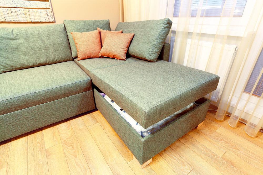 Sedačka slúži cez deň na sedenie avnoci na spanie – vmalom byte nič nezvyčajné. Tu však jej premeny nie sú spojené snáročným skladaním arozkladaním, navyše, spanie na nej je pohodlné. Je to totiž na mieru vyrobená posteľ so zdravotným matracom, ktorá sa zmení na sedačku pridaním niekoľkých vankúšov.