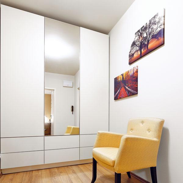 Predsieni pomohlo zamurovanie chodbičky aj dverí do WC. Vstene oproti vstupným dverám tak ostali jediné dvere – do kúpeľne. Vďaka tomu sa sem vošla logicky umiestnená vstavaná skriňa (predtým tu zavadzali dvere do WC), kreslo aj skrinka na topánky.