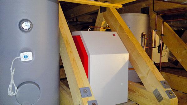 Zdrojom tepla na vykurovanie a ohrev vody je tepelné čerpadlo MYGREN 47 K zem/voda. V technickej miestnosti sú okrem neho aj dva zásobníky s objemom 300 l. Teplota sa reguluje cez dotykový displej, ktorý nahrádza termostat, a je umiestnený v obytnej časti domu. Na fungovanie vykurovacieho systému cez internet dohliada slovenská firma z Oravy, ktorá ovládanie vyvinula.