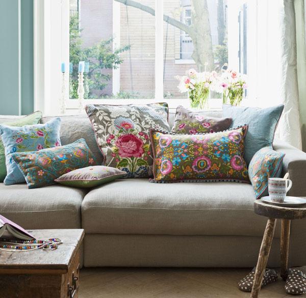 Milujete romantickú atmosféru? Nie je nič jednoduchšie, ako si vytvoriť miesto určené na oddych skvetinkovými vankúšikmi apastelovými farbami.  Netreba to však preháňať, aby ste neodohnali harmóniu prostredia. (foto: www.bellarose.sk)