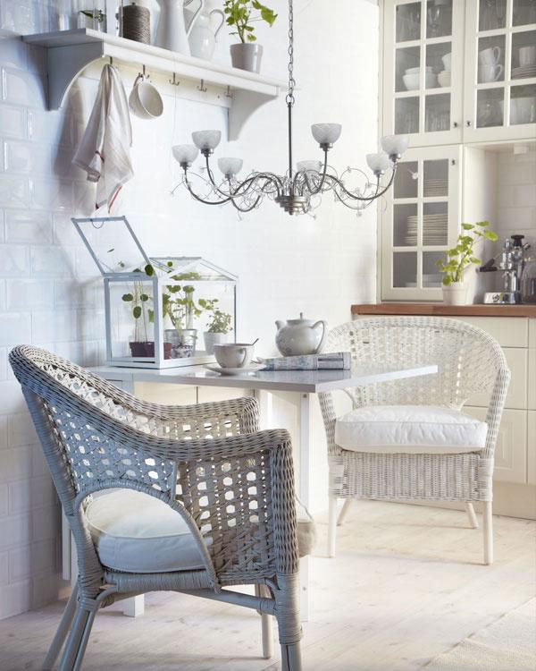 Romantický štýl aj vďaka ručne vyrábaným kresielkam Finntorp zprírodného vlákna priam navádza na oddych. (foto: IKEA)
