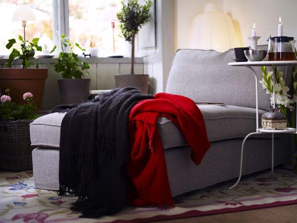 Farby sú veľmi dôležitou súčasťou našej psychiky, preto si na mieste určenom na relax namiešajte svoju paletu naozaj citlivo. Svýraznými farbami opatrne, vnášajú nepoko,j ak ich je veľa. Na povzbudenie postačí jeden farebný akcent. Ležadlo vtlmenej fialovej farbe zo série sedacích súprav Kivik navrhol Ola Wihlborg. (foto: IKEA)