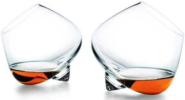 Koňakové poháre Pure Pleasure s tvarom na dokonale jemné roztočenie nápoja, aby sa mohla naplno rozvinúť jeho aróma, dizajn Rikke Hagen, 40 €, normann-copenhagen.com