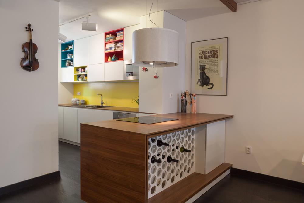 """O prepájanie priestorov sa """"postaral"""" barový pult, ktorý z jednej časti slúži ako kuchynský pult a z náprotivnej ako vínny bar."""