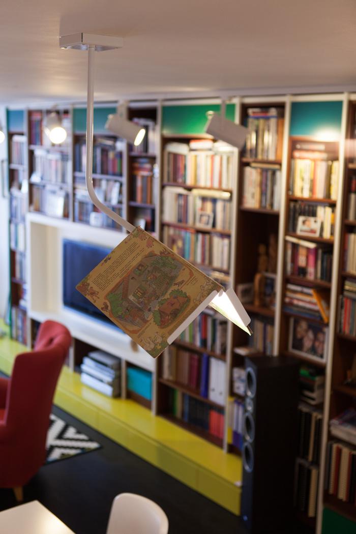 Zaujímavým dizajnérskym prvkom je lampa – kniha nad jedálenským stolom značky MEJD studio.