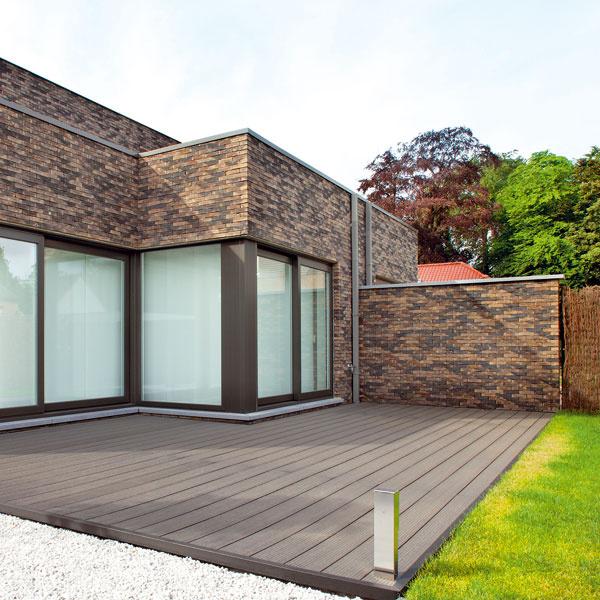 Twinson O-Terrace+ terasový systém, 50 % drevo, 50 % PVC, vlnitý povrch, malé škáry, nosnosť 1 800 kg/m2, od 75 €/m2 bez DPH a montáže