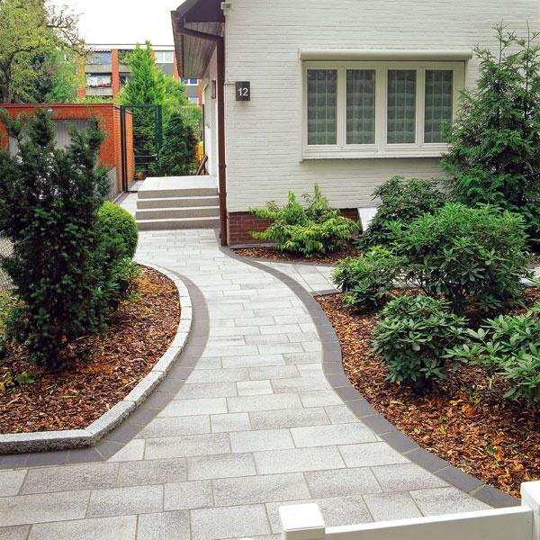 Semmelrock Premium Umbriano sivo-biela betónová dlažba vhodná na chodníky, 25 × 25 × 8 cm a37,5 × 25 × 8 cm, od 32,80 €/m2 bez DPH