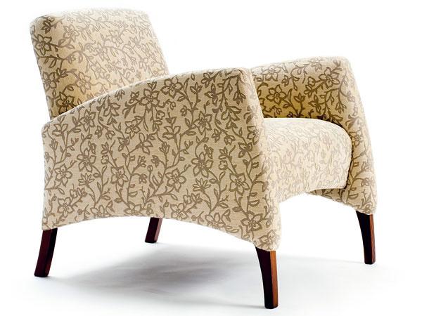 Reno, hovorové čalúnené kreslo, drevené nohy, dizajn Peter Bohuš, 78 × 76 × 66 cm, od 442 €, Domark