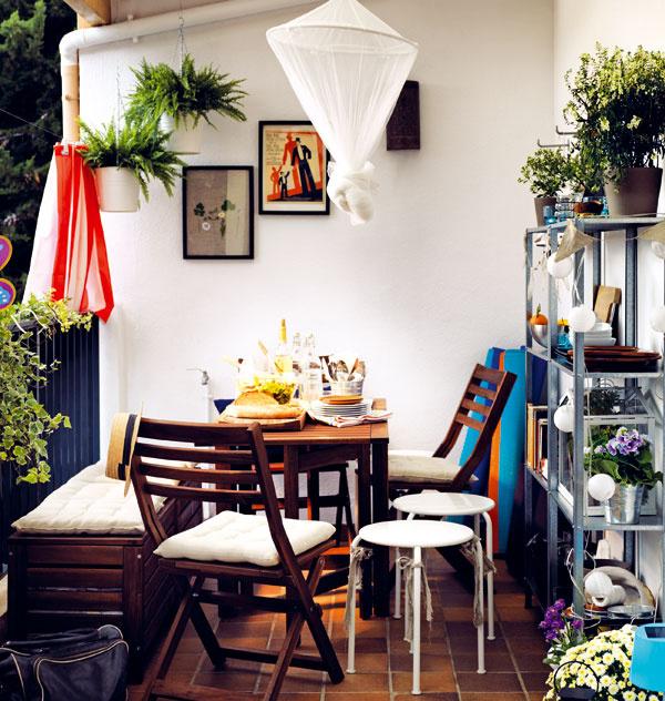 Svoju malú oázu pokoja si môžete vytvoriť aj na menšej terase či balkóne. Masívnejšie kusy nahraďte skladacími či stohovateľnými a báť sa nemusíte ani kombinácie rôznych materiálov. Nezabudnite ani na pestré doplnky a dekorácie, ktoré správne dotvoria atmosféru. Vznikne tak priestor, kde si budete môcť v pokoji vypiť rannú kávu či posedieť s priateľmi. (foto: IKEA)