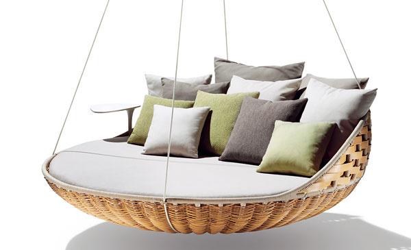 Swingrest, závesné ležadlo, Dedon, dizajn Daniel Pouzet, hliníkový rám, vrchné rúrky obalené ľanom, 196 × 193 × 67 cm, cena na vyžiadanie upredajcu, Zeno, Atrium