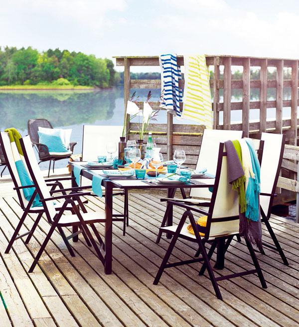 Aj stolovanie v záhrade môže mať punc elegancie, stačí zvoliť vhodnú jedálenskú súpravu, akou je napríklad Ammerö od IKEA. Svoje miesto si tu našiel stôl s doskou z tvrdeného skla, ktorý môžete jednoducho predĺžiť a vytvoriť tak miesto pre ďalších hostí. O pocit absolútneho pohodlia sa postará opierka, ktorú môžete podľa želania nastaviť do piatich polôh.