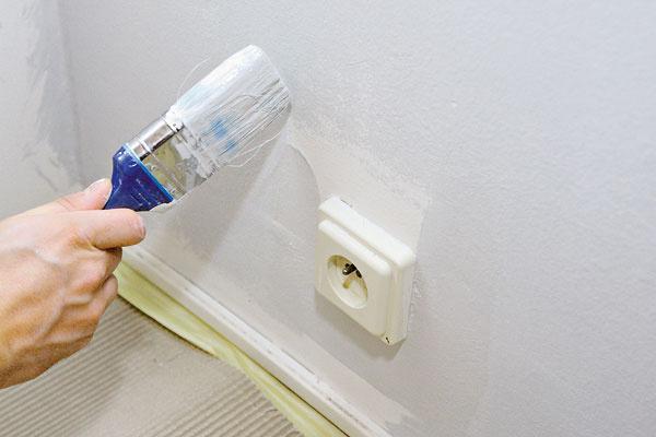 Po namaľovaní všetkých plôch strhneme pásky zo zásuviek avypínačov aštetcom domaľujeme prípadné vynechané plochy okolo nich. Zvyčajne sa aplikujú dve vrstvy farby. Prvý náter je redší na spevnenie podkladu adruhý hustejší, aby mal vyššiu kryciu schopnosť.