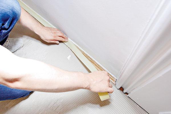 Príprava miestnosti. Zmiestnosti odnesieme ľahšie kusy nábytku adrobnosti, ťažký nábytok presunieme do stredu. Podlahu zakryjeme kartónom alebo silnejšou igelitovou fóliou. Maskovacou páskou prelepíme lišty podlahy, zásuvky avypínače atiež rámy okien adverí.