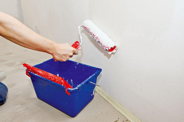Steny natrieme spevňovacím penetračným prípravkom. Hĺbková penetrácia prispieva aj kspevneniu sypkejších podkladových vrstiev. Úlohou penetračného náteru je tiež vyrovnať nasiakavosť podkladu, aby sa zabránilo vzniku škvŕn, napríklad na miestach, ktoré sa opravovali sadrou.