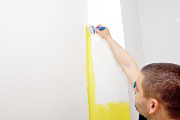Miestnosť začneme maľovať od stropu asnažíme sa celú plochu v rovnakej farbe vymaľovať naraz. Postupujeme smerom od okna. Najskôr namaľujeme štetcom rohy, rozhrania plôch aokraje (napríklad okolo vypínačov). Ostré rozhrania medzi farbami vytvoríme pomocou pásky. Kým začneme maľovať iným odtieňom, musí farba zaschnúť.