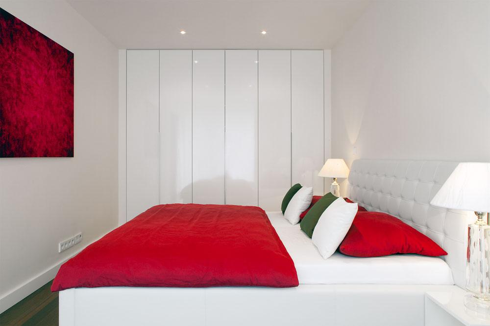Vrovnakom štýle je zariadený celý dom – kontrast jasných farieb na bielom pozadí pokračuje duchom Mondrianových obrazov aj vspálni.