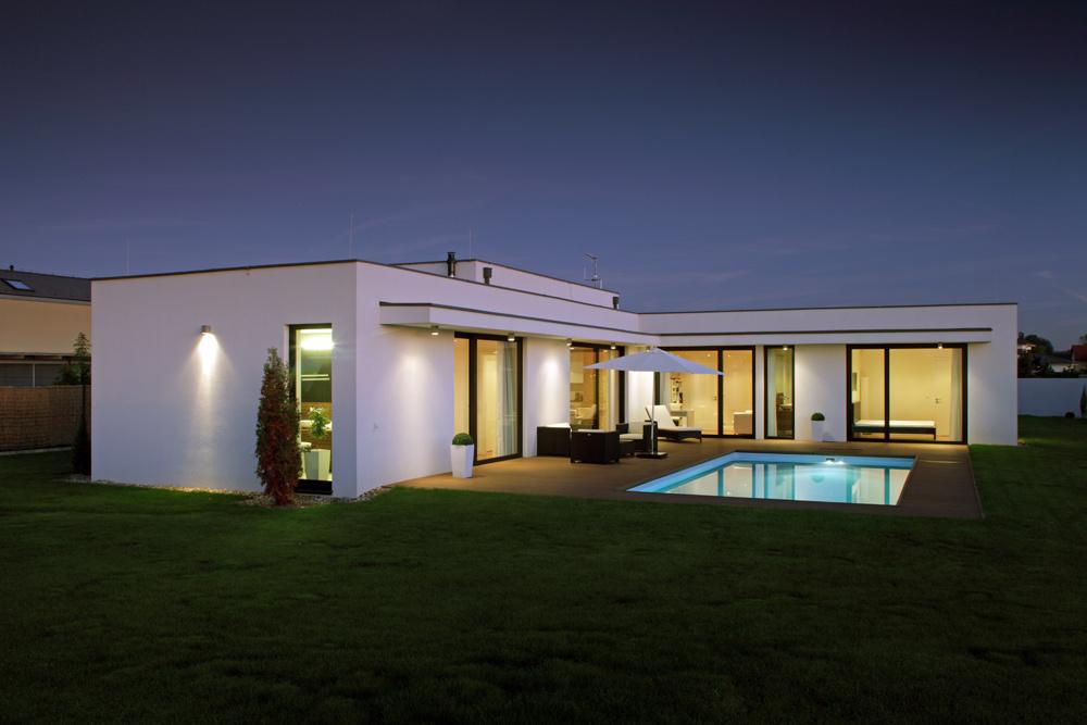 Živá terasa. Zkaždej miestnosti vdome sa dá cez veľké sklené dvere vyjsť na terasu s bazénom, ktorá sa najmä vlete stáva intenzívne využívanou súčasťou obytného priestoru.