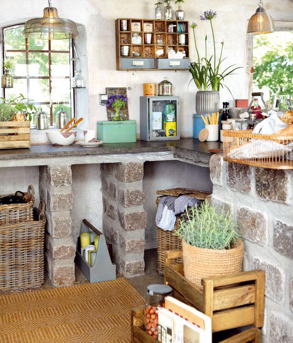 Prútený kôš, zopár štýlových doplnkov, nábytok spatinou akytica omamnej levandule vo váze dodajú nádych južného Francúzska.