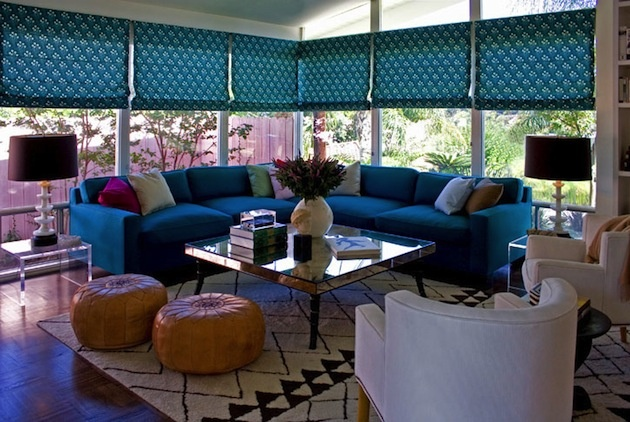 Aj zvyšok obývacej izby je farebný, nevšedne pôsobia najmä modré vzorované rolety.