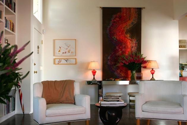 Časť obývacej izby v bielej farbe s výrazným abstraktným obrazom.